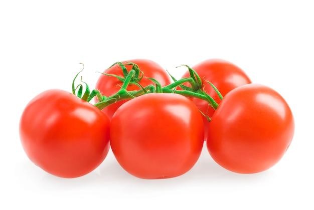 Primo piano maturo dei pomodori su un bianco