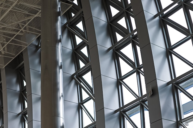 Primo piano moderno della facciata di alluminio. costruzione in vetro