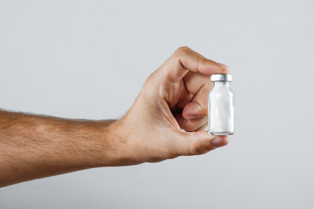 Primo piano nell'ampolla del braccio di una persona con le medicine