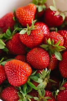 Primo piano organico rosso fresco delle fragole