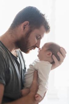 Primo piano padre e figlio che hanno un momento