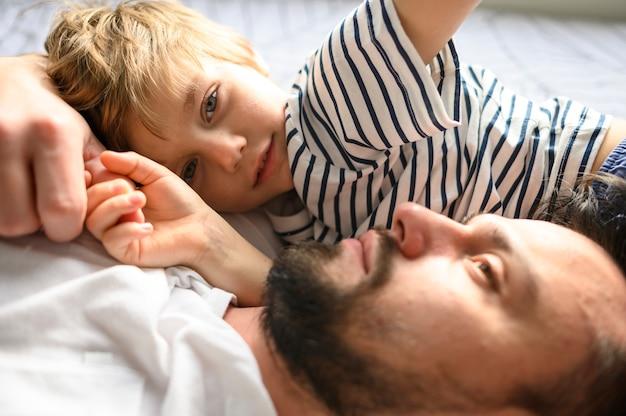 Primo piano padre e figlio insieme