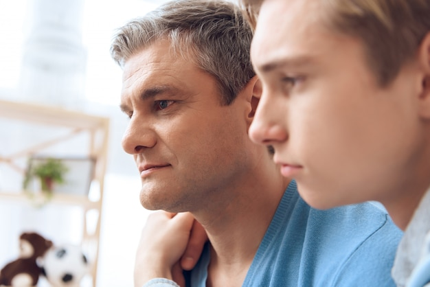 Primo piano padre e figlio si abbracciano