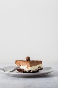 Primo piano pezzo di deliziosa torta fatta a mano