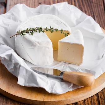 Primo piano pezzo di formaggio con coltello