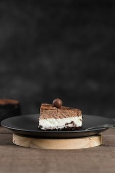 Primo piano pezzo di torta fatta a mano su un piatto