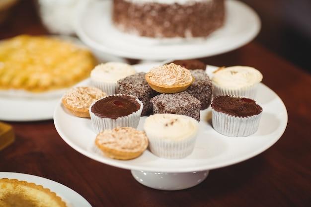 Primo piano piatti di pasticcini e cupcakes