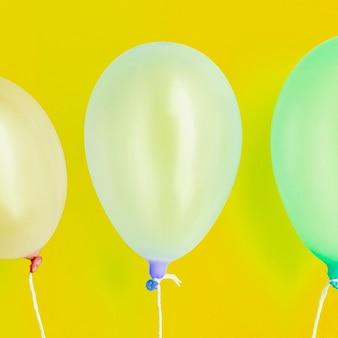 Primo piano piatto palloncini festa di compleanno laici