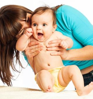 Primo piano premuroso amorevole madre non identificata bacia la sua bella figlia