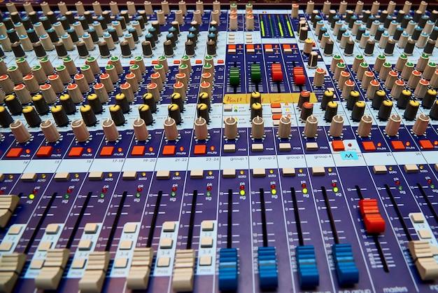 Primo piano professionale del pannello di controllo del suono.