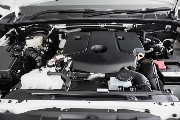 Primo piano pulito del motore di automobile nuovo