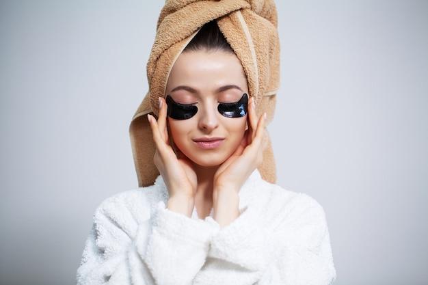 Primo piano ragazza detiene patch per la cura degli occhi