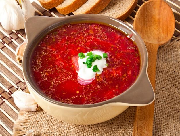 Primo piano rosso nazionale ucraino e russo del minestra-borsch