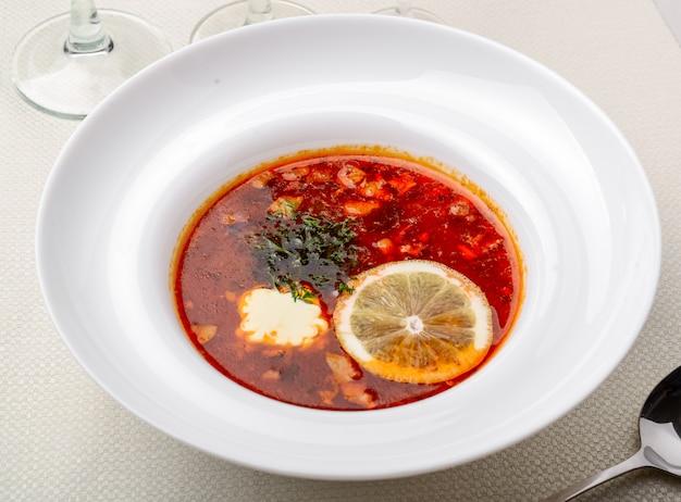 Primo piano russo tradizionale di solyanka della minestra in una ciotola
