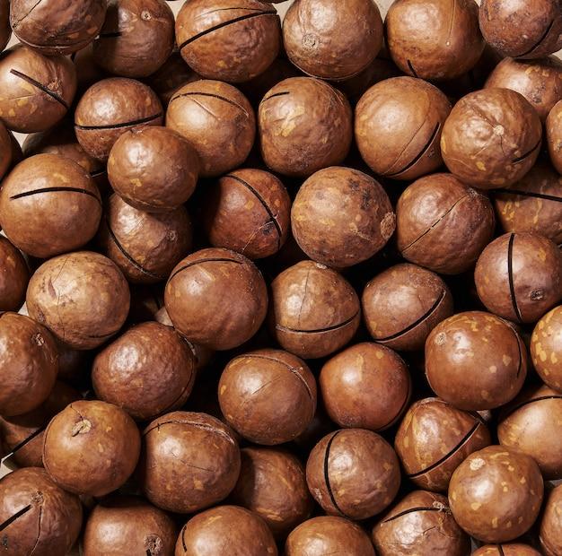 Primo piano sgusciato delle noci di macadamia, vista superiore.