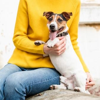 Primo piano simpatico cagnolino con il proprietario