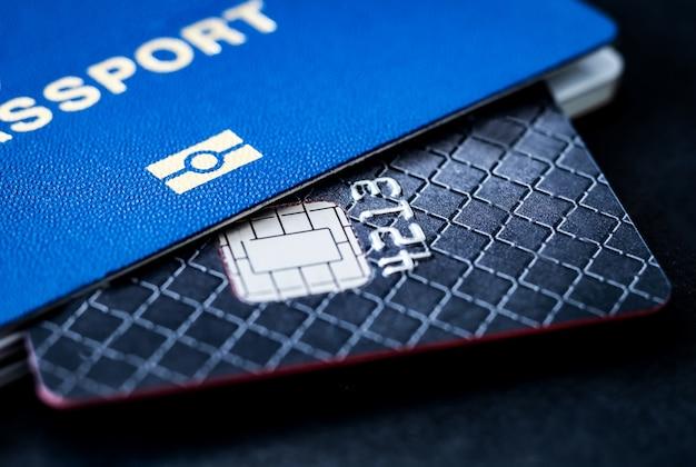 Primo piano su carta di credito scheggiata e passaporto