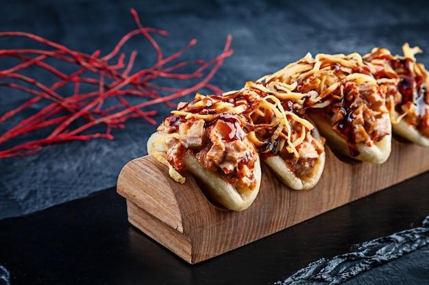 Primo piano su gua bao, panini al vapore con anguilla