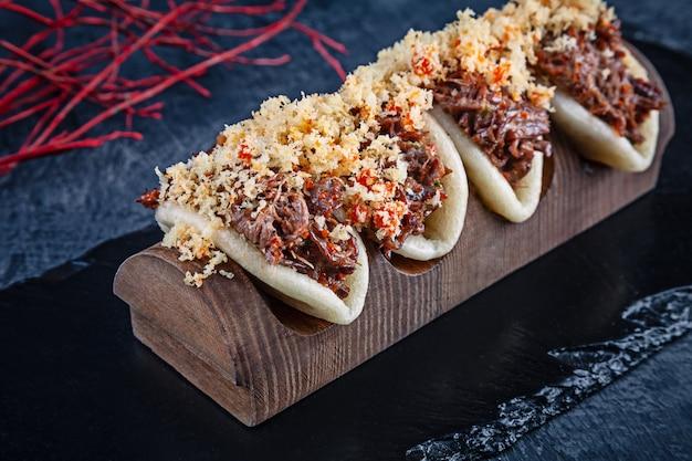 Primo piano su gua bao, panini al vapore con carne