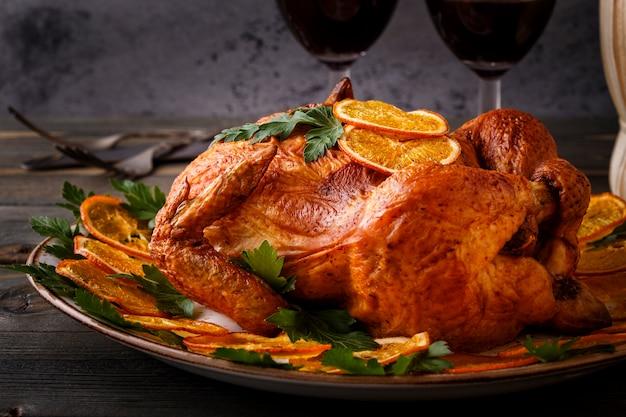 Primo piano su tutto il pollo fritto su un piatto