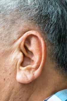 Primo piano su un orecchio di un anziano asiatico