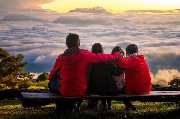 Primo piano sui turisti della famiglia che viaggiano insieme