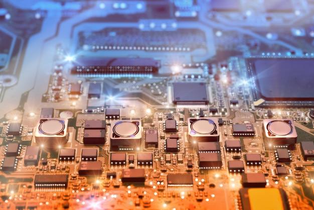 Primo piano sul bordo elettronico nell'officina riparazioni dell'hardware