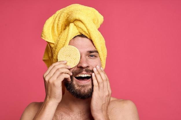 Primo piano sul giovane che si prende cura della sua igiene