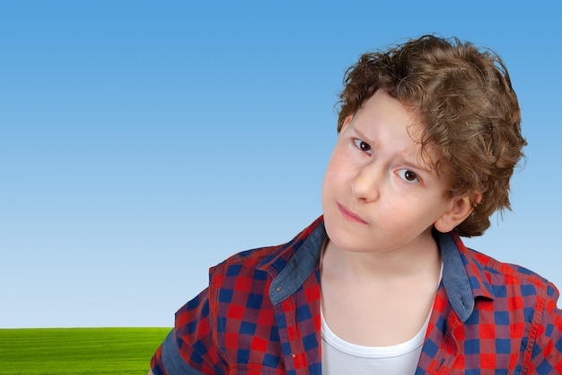 Primo piano sul ritratto del ragazzo sospettoso e prudente del bambino