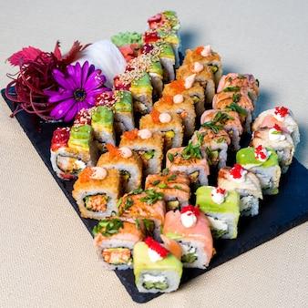 Primo piano sul set di sushi con nigiri e panini