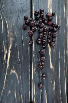 Primo piano sul tavolo nero. dessert di bacche di ribes estate.