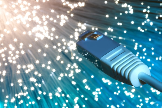 Primo piano sull'estremità del cavo di rete in fibra ottica sul blu