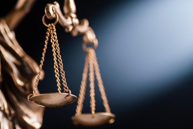 Primo piano sulla bilancia della giustizia