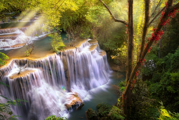 Primo piano sulla cascata di huai mae khamin