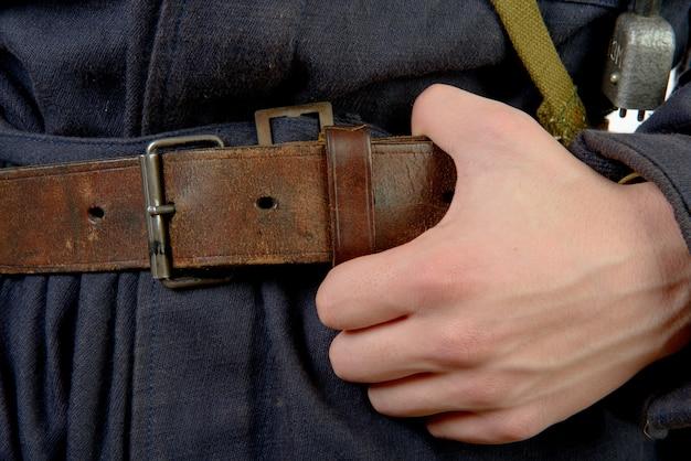 Primo piano sulla cintura di un lavoratore