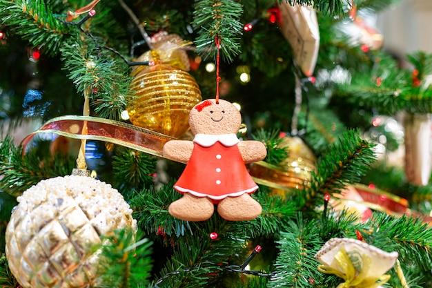 Primo piano sulla decorazione dell'albero di natale sopra fondo festivo
