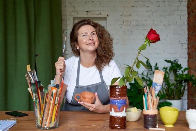 Primo piano sulla donna artigiana che lavora con un pennello