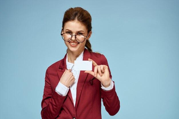 Primo piano sulla donna in giacca e cravatta con gli occhiali con biglietto da visita in bianco