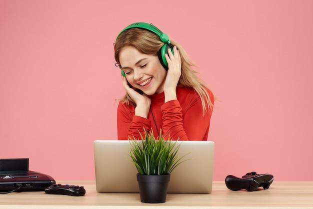 Primo piano sulla giovane donna che ascolta la musica mentre si indossano le cuffie