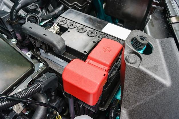 Primo piano sulla piccola batteria per auto eco installata nello scomparto