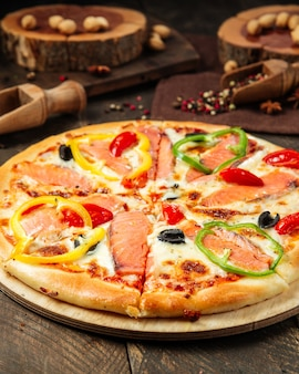 Primo piano sulla pizza con salmone e peperone