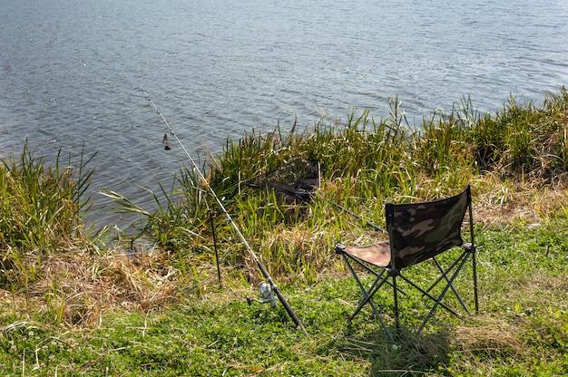 Primo piano sulla sedia del pescatore e canna da pesca