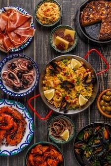 Primo piano sulla selezione di tipiche tapas spagnole