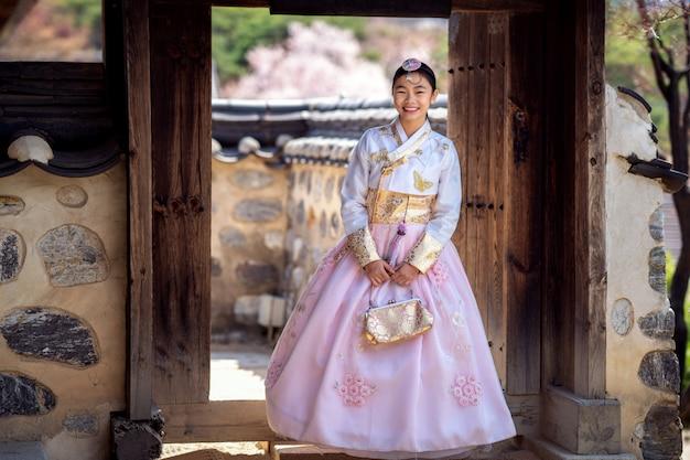 Primo piano sulla signora coreana in abito hanbok