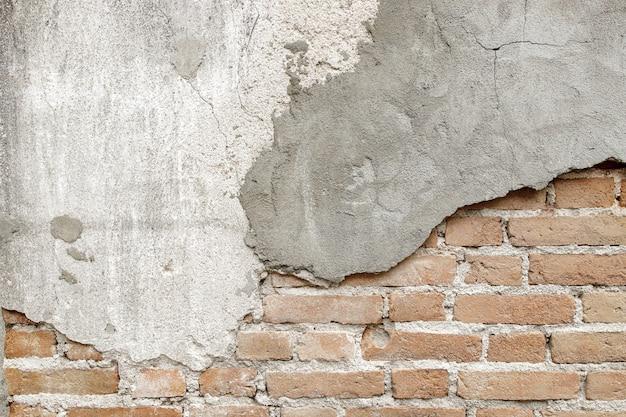Primo piano sulla vecchia struttura del muro di mattoni con cemento
