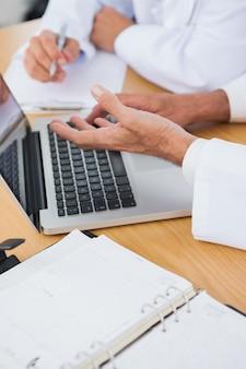 Primo piano sulle mani dei medici interrogativi