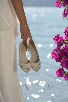 Primo piano sulle scarpe della sposa