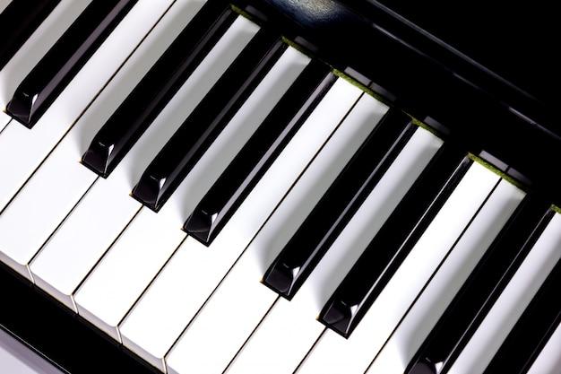 Primo piano sullo sfondo della tastiera di pianoforte