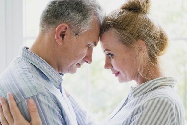 Primo piano sveglio della donna e dell'uomo senior