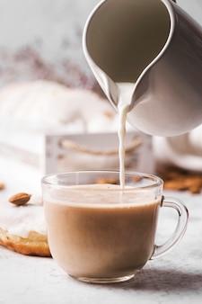 Primo piano tazza di caffè con latte
